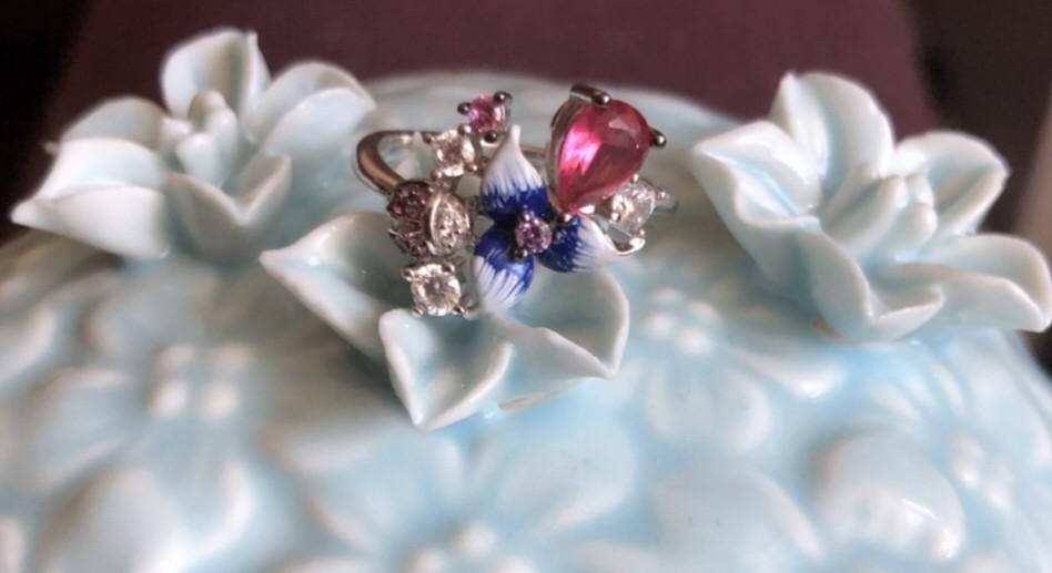 Нежное и сияющее кольцо.