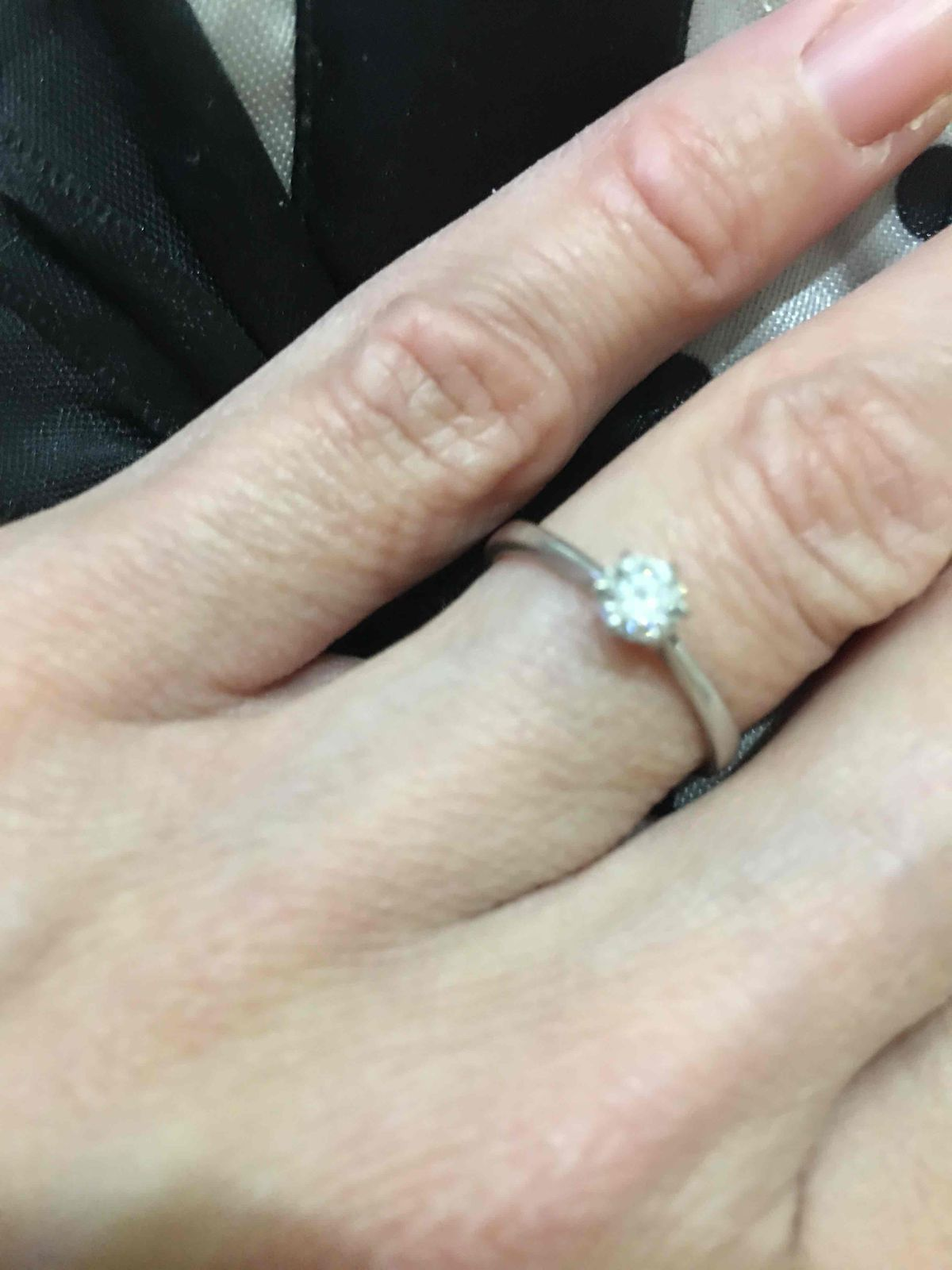 Кольцо с бриллиантом из белого золота 15, 5 размера, купила в подарок себе!
