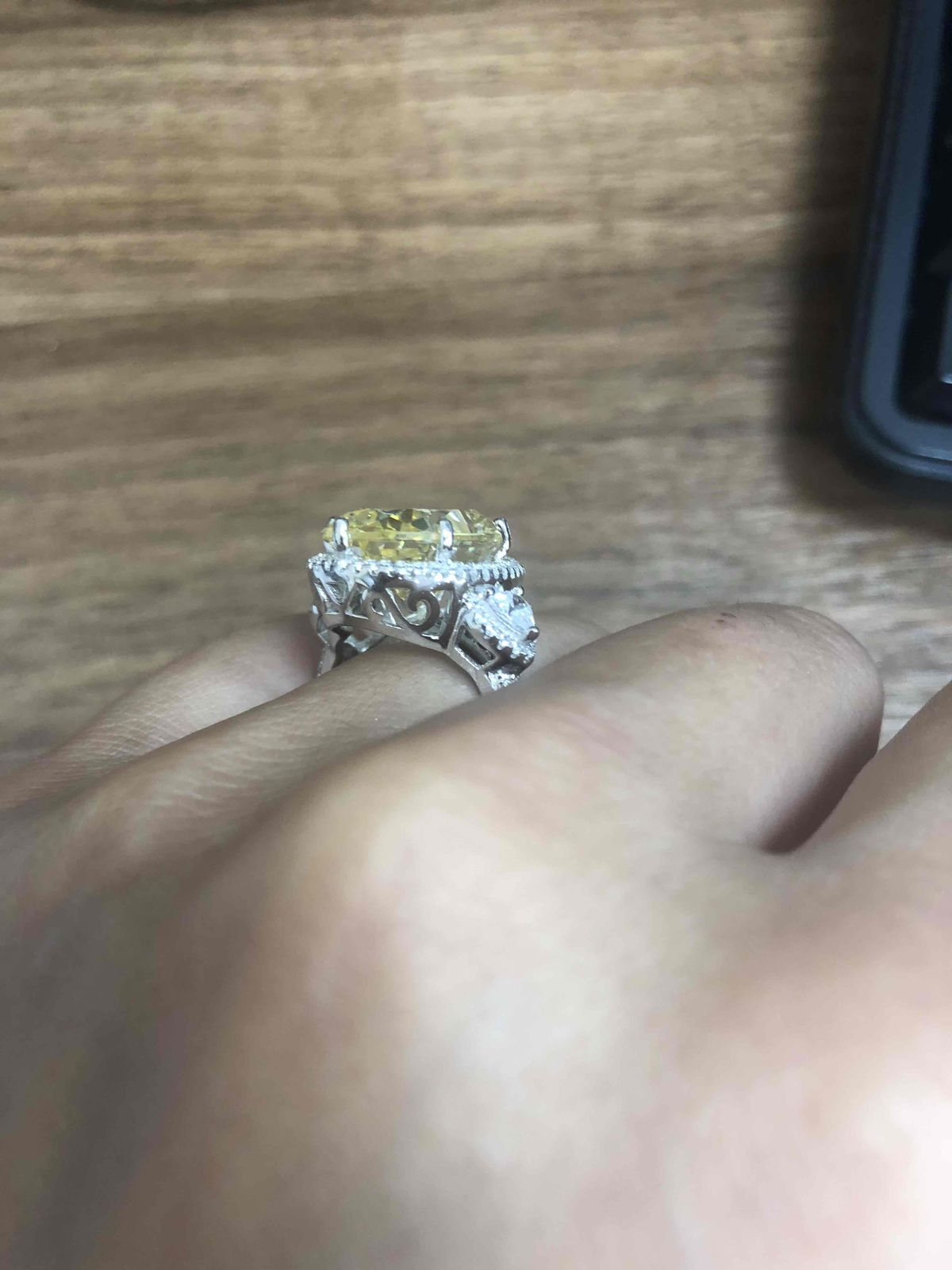 Серебряное кольцо с желтым и белыми фианитами