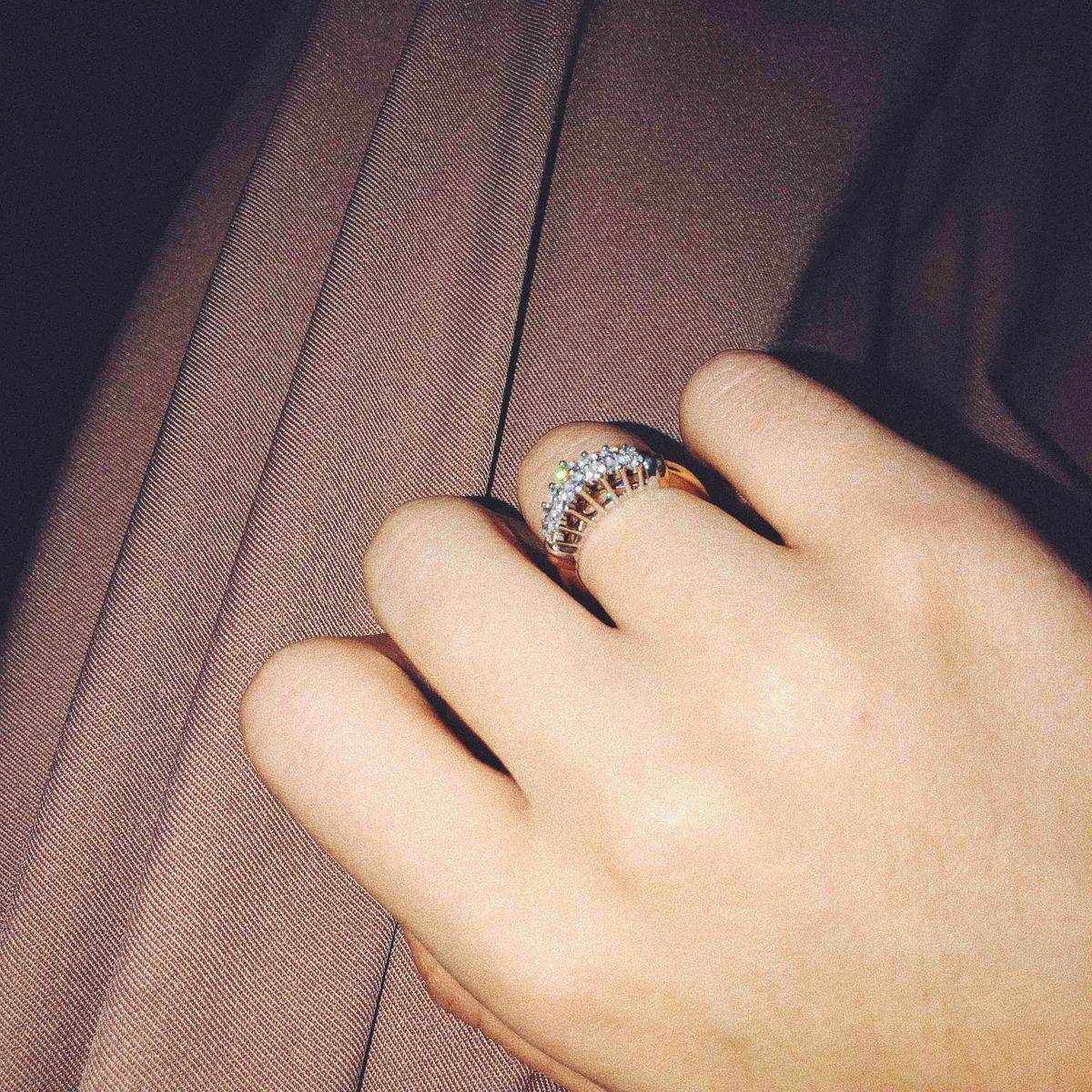 Отличное королевское золотое кольцо, смотрится очень богато и красиво