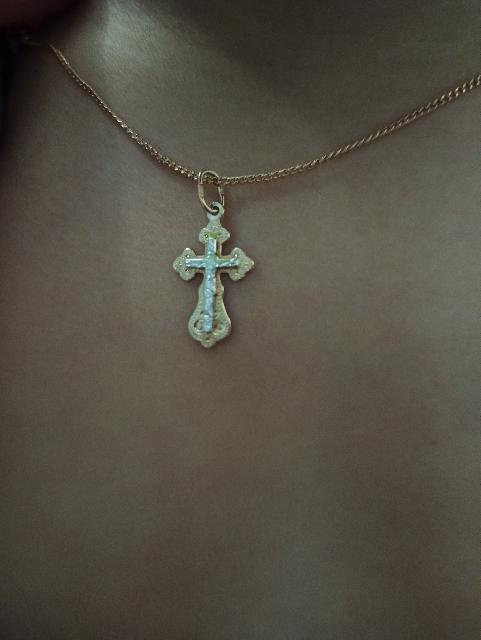 Крестик золотой.