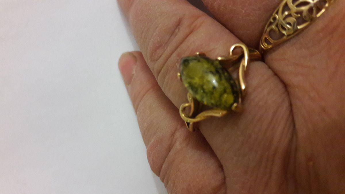 Симпатичное колечко с зеленым янтарем