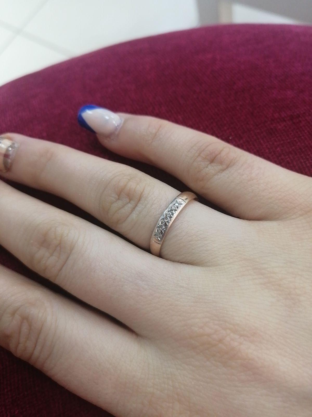 Обручальное кольцо со вставкой