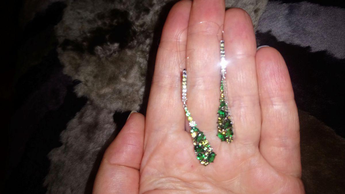 Длинные серьги с зелёными камнями
