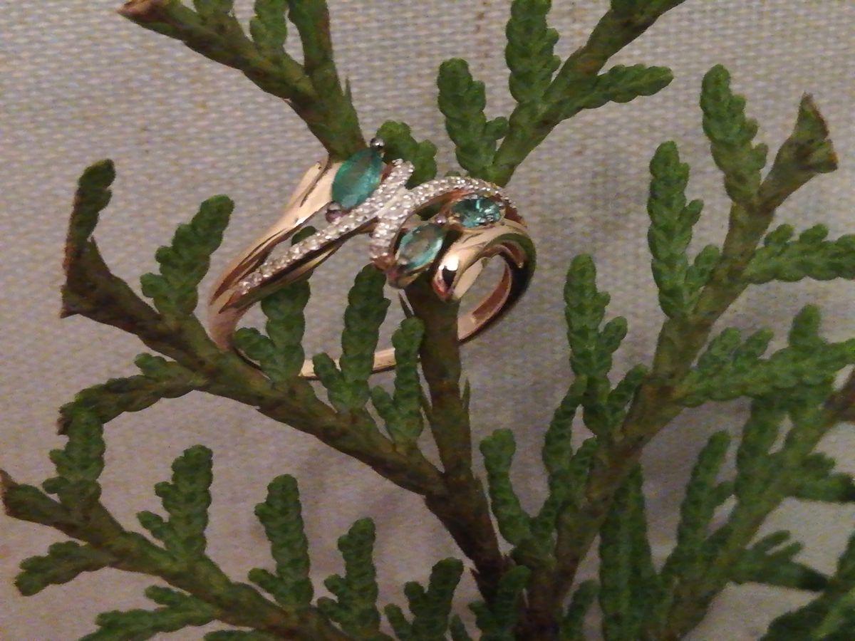 Кольцо с изумрудами и бриллиантами из розового золота