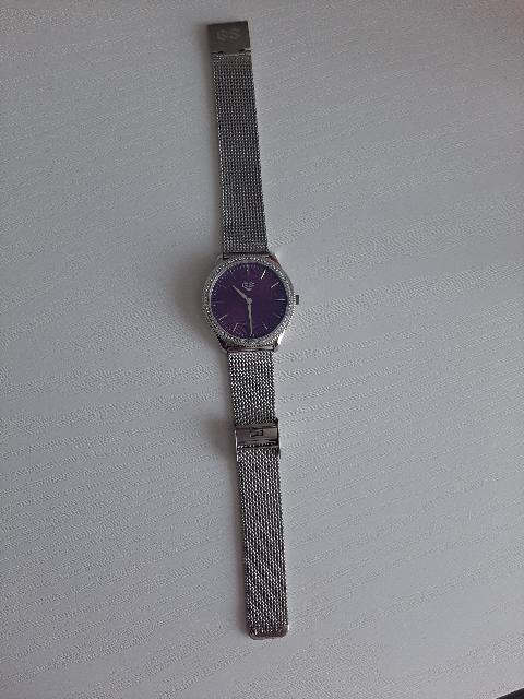Очень и очень красивые часы, выглядят точь в точь, как на картинке.