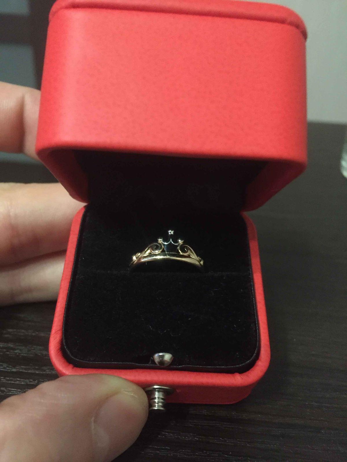 Интересное необычное кольцо с камнем