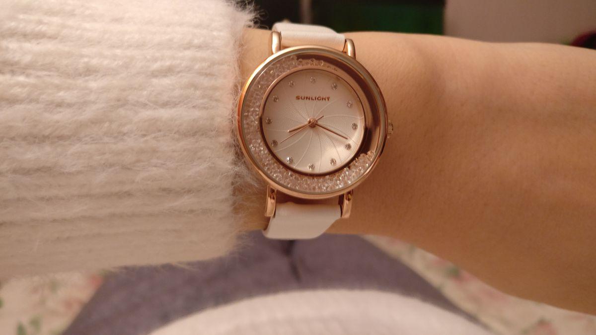 Элегантные часы в золотом корпусе с белым фоном и ремешком