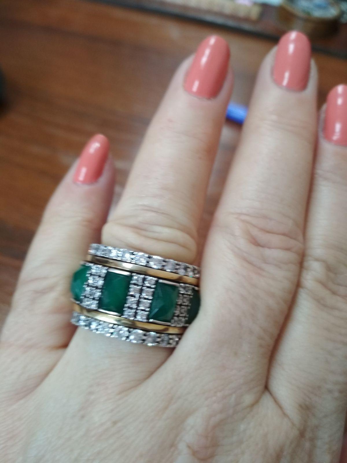 Шикарное кольцо с зелёными вставками