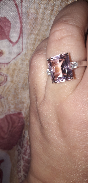 Кольцо с розовым камнем.