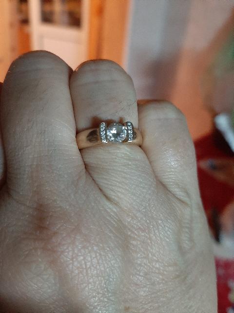 Кольцо супер, все принимают за брюлик, очень блестит центральный камень!!!!