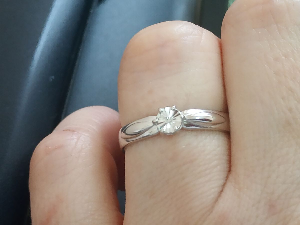 Кольцо из серебра с бриллиантом.