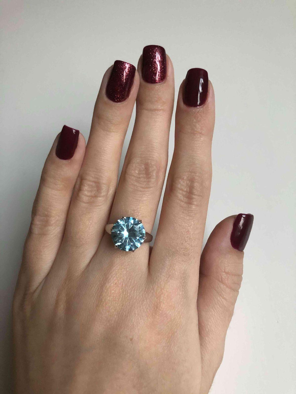 Красивое кольцо с ярким камнем