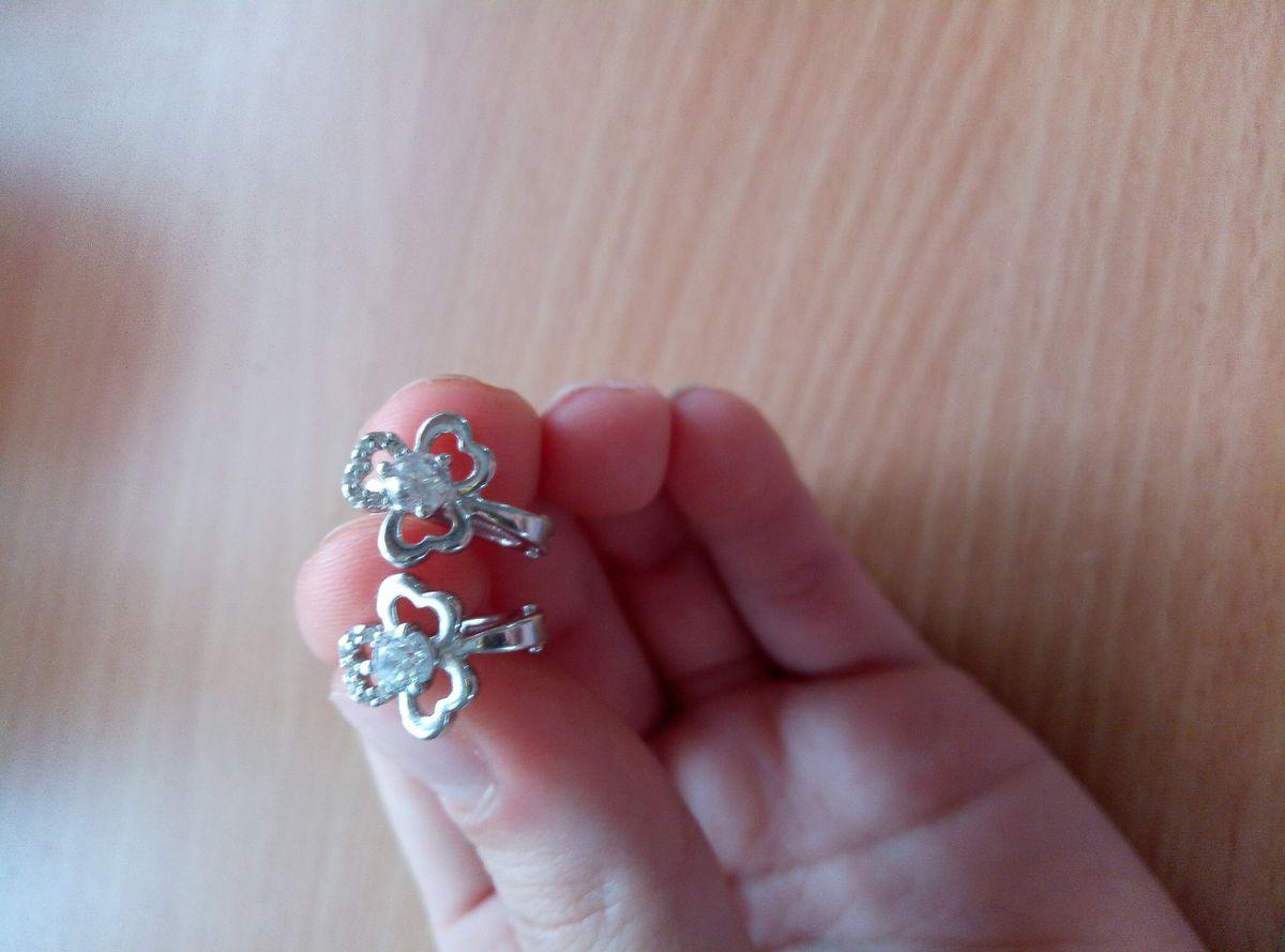 Купила серебряные серьги с фианитами,  очень понравились, блестящие серьги.
