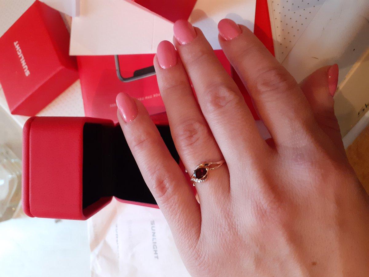 Золотое кольцо с гранатом и бриллиантами.