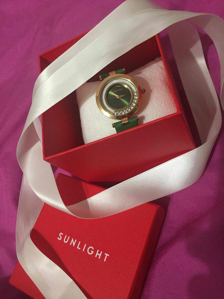 Часы под комплект с изумрудами и бриллиантами