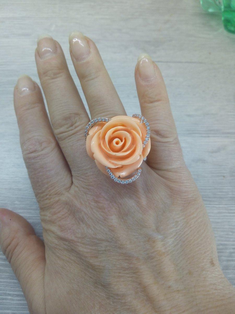Серебряное кольцо с фианитами и имитацией коралла