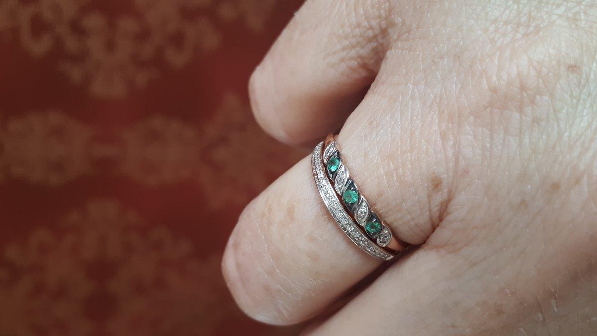 Кольцо с узумрудами.