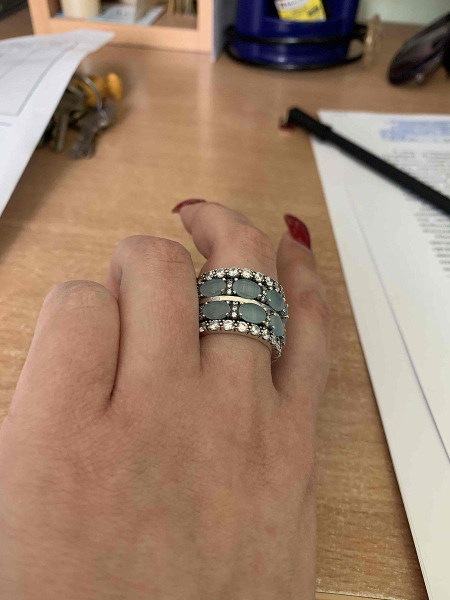 Кольцо смотрица очень стильно и дорого