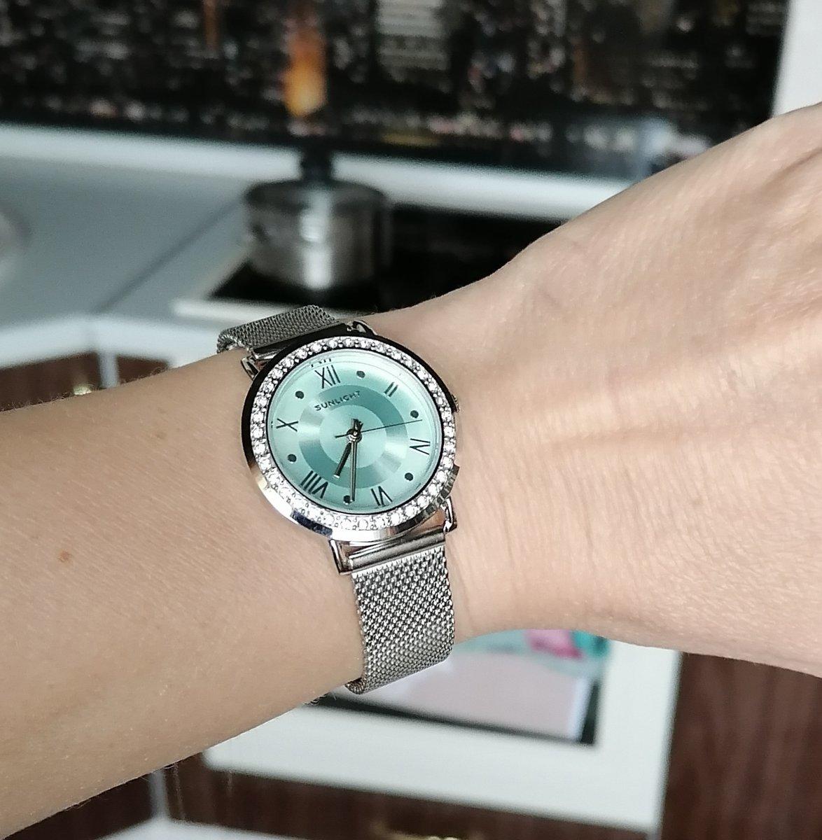 Часы с кристаллами на миланском браслете