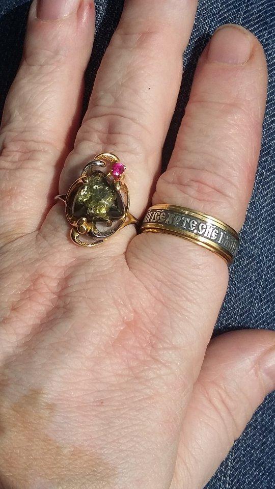 Чудесное кольцо с зеным янтарем
