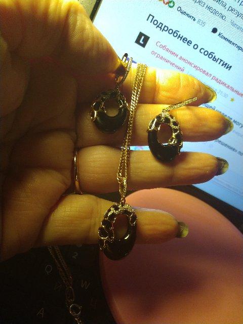 Подвеска с ониксом и бриллиантами в золоте.