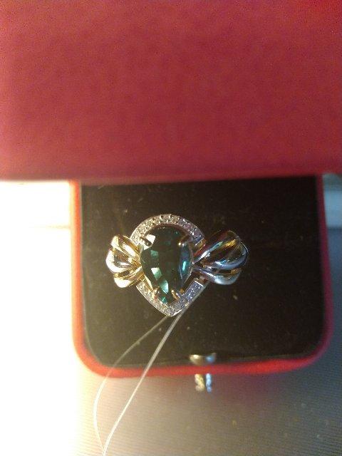 Чудесное кольцо с изумрудом и бриллиантами.