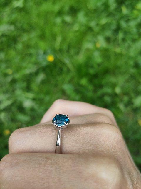 Отличное кольцо с ярким, глубоко-голубым камнем.