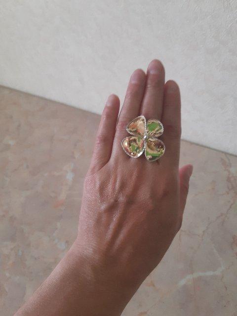 Очень шикарное кольцо на руке смотрятся очень красиво