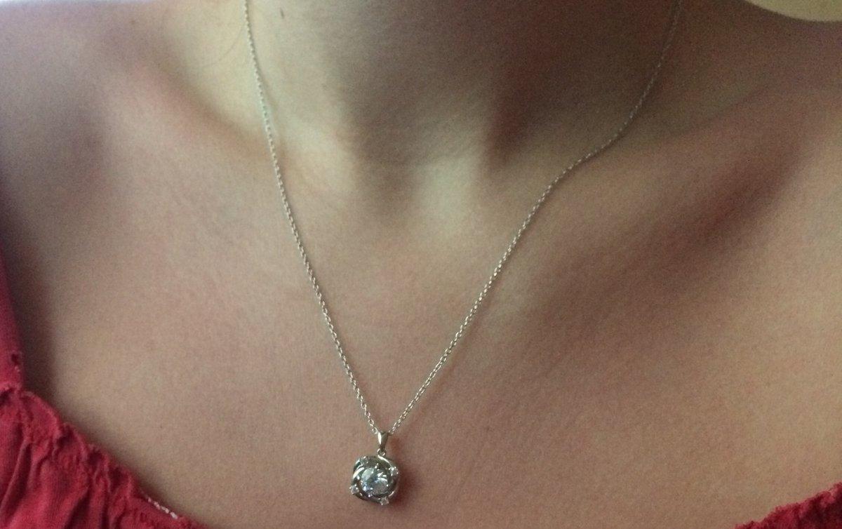 Покупала серебряное шейное украшение с фианитами, остались очень довольны!