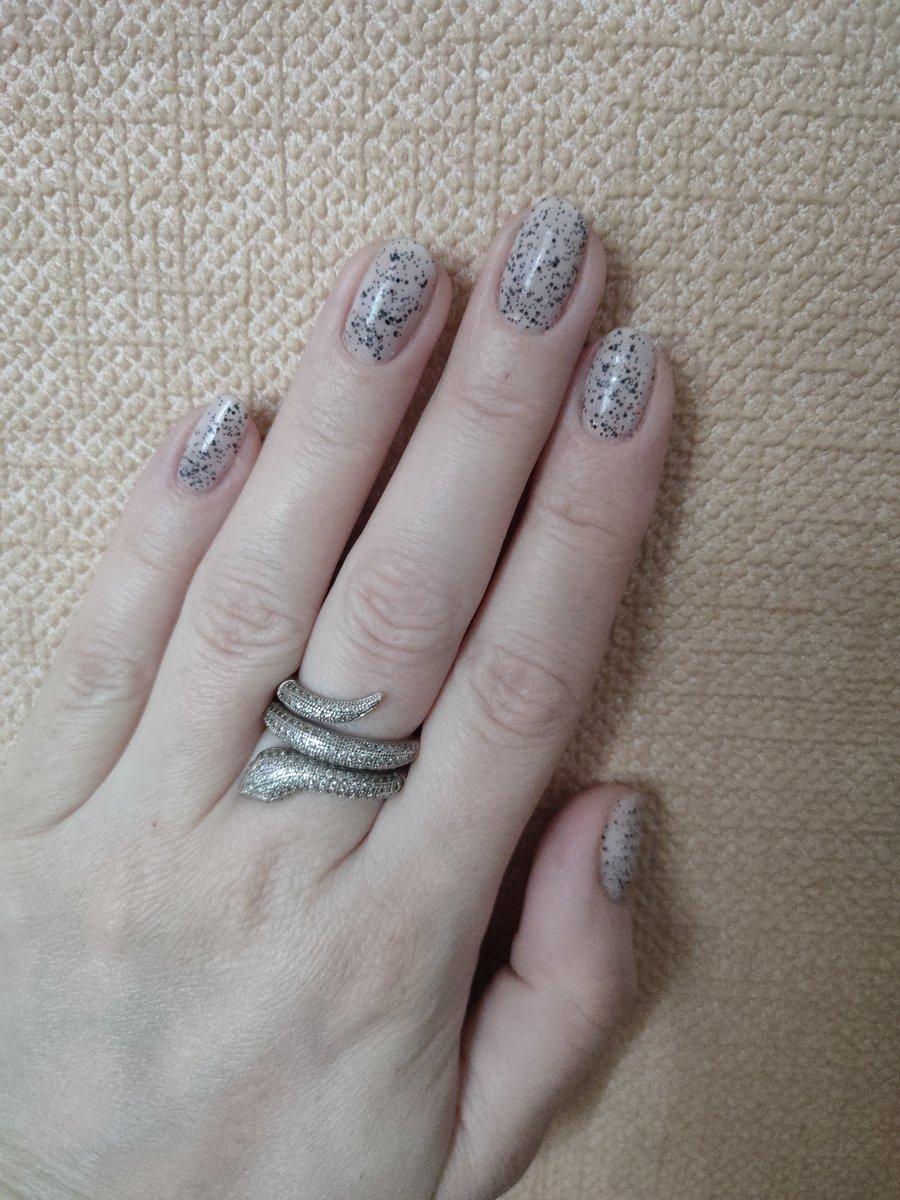 Кольцо на пальчике смотрится класс!!