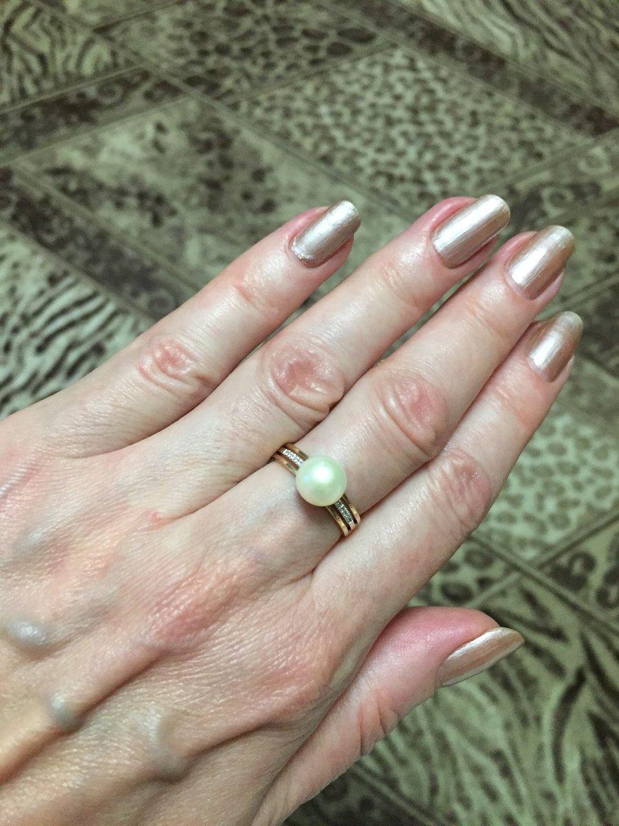 Золотой комлект серьги и кольцо с жемчугом и бриллиантами..