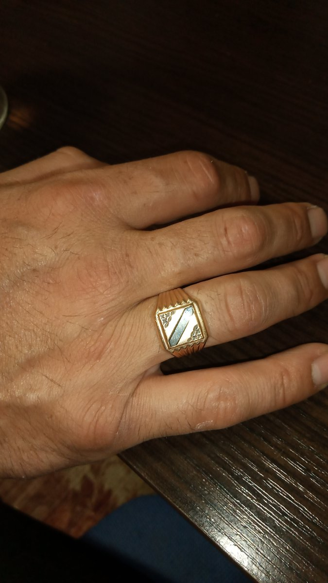 Мужская печатка, изнутри литая соответственно палец не режет изнутри.