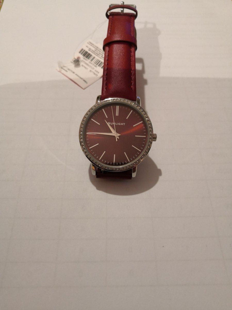 Стильные красные часы