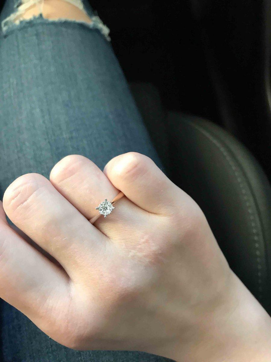 Парень подари на помолвку