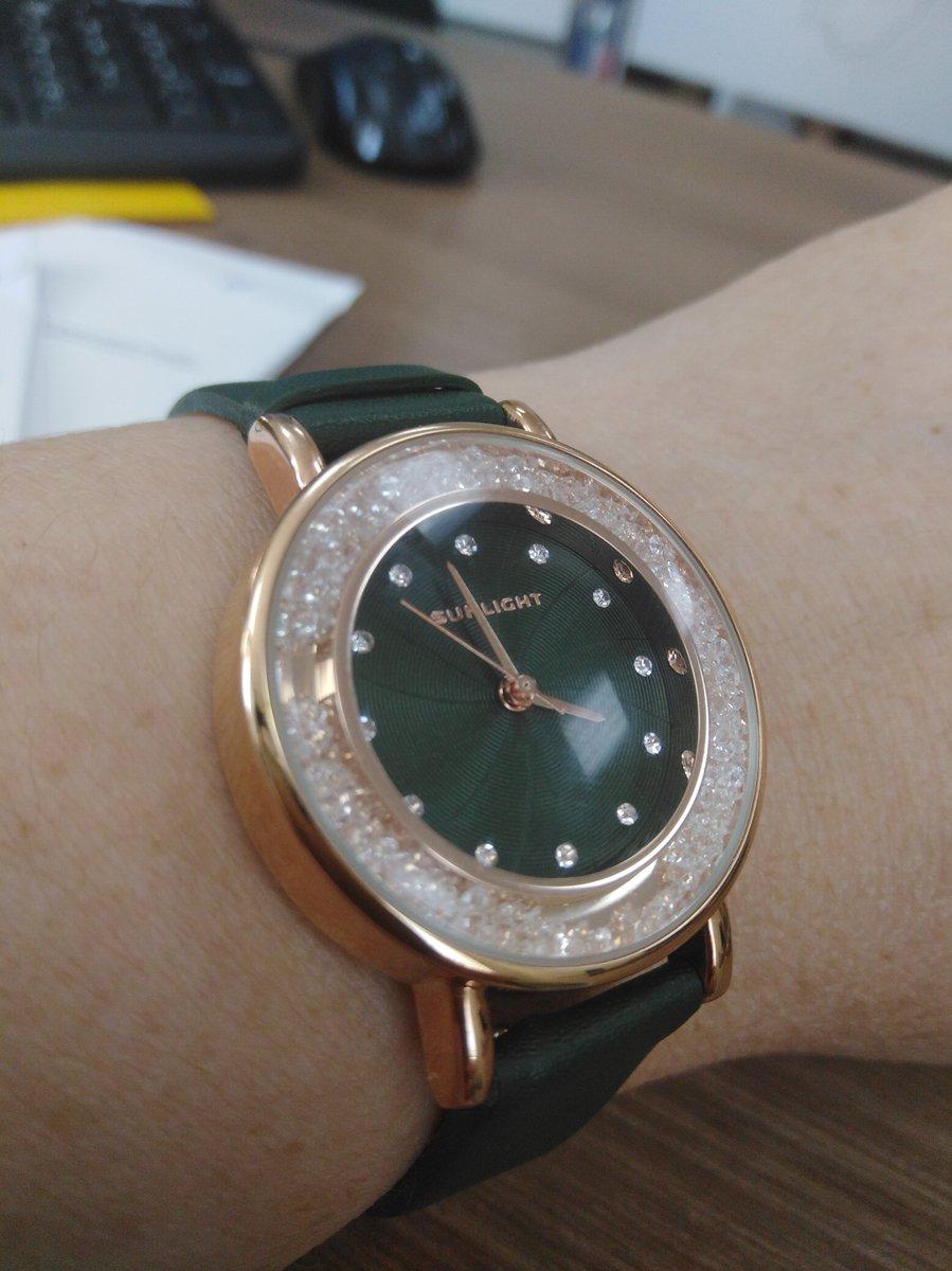 Часы очень красивы, на руке смотрятся аккуратно, камушки красиво блестят.