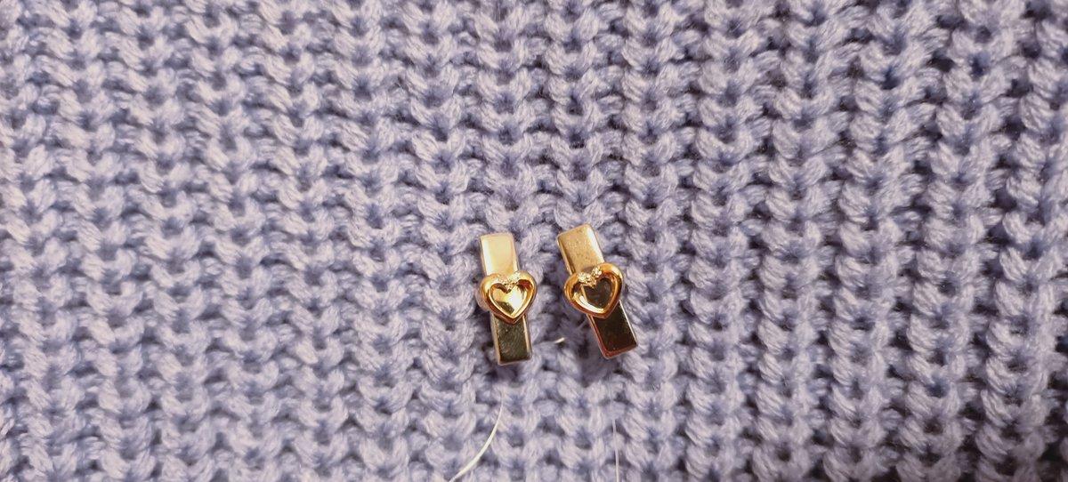 Серебряные серьги с золотыми сердечками.