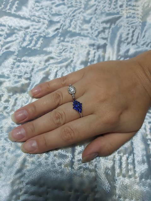 Яркое красивое кольцо. на солнце переливается 💛