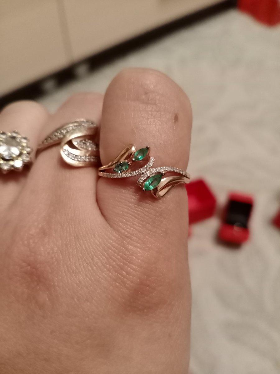 Красивое кольцо с настоящими изумрудами
