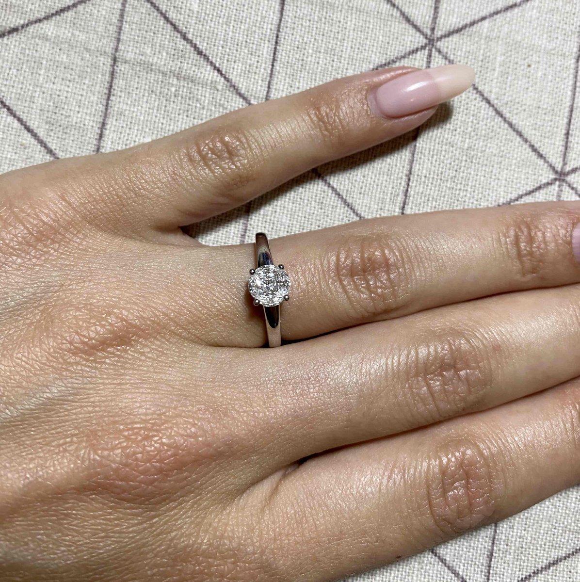 Шикарное помолвочное кольцо! очень красиво блестят камни!