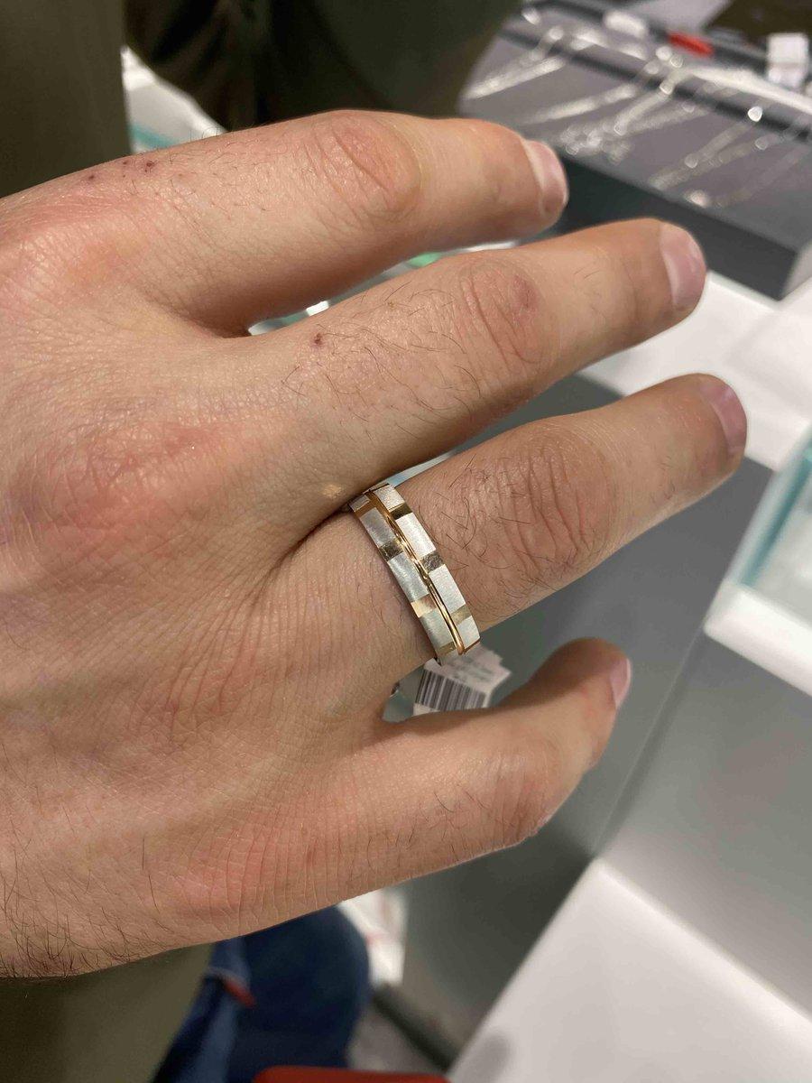 Очень красиыое кольцо , вживую даже лучше чем на фото, красиво блестит.