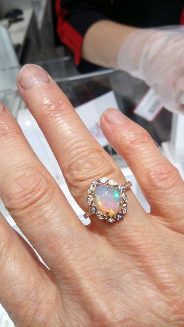 Золотое кольца с опалом и бриллиантами.
