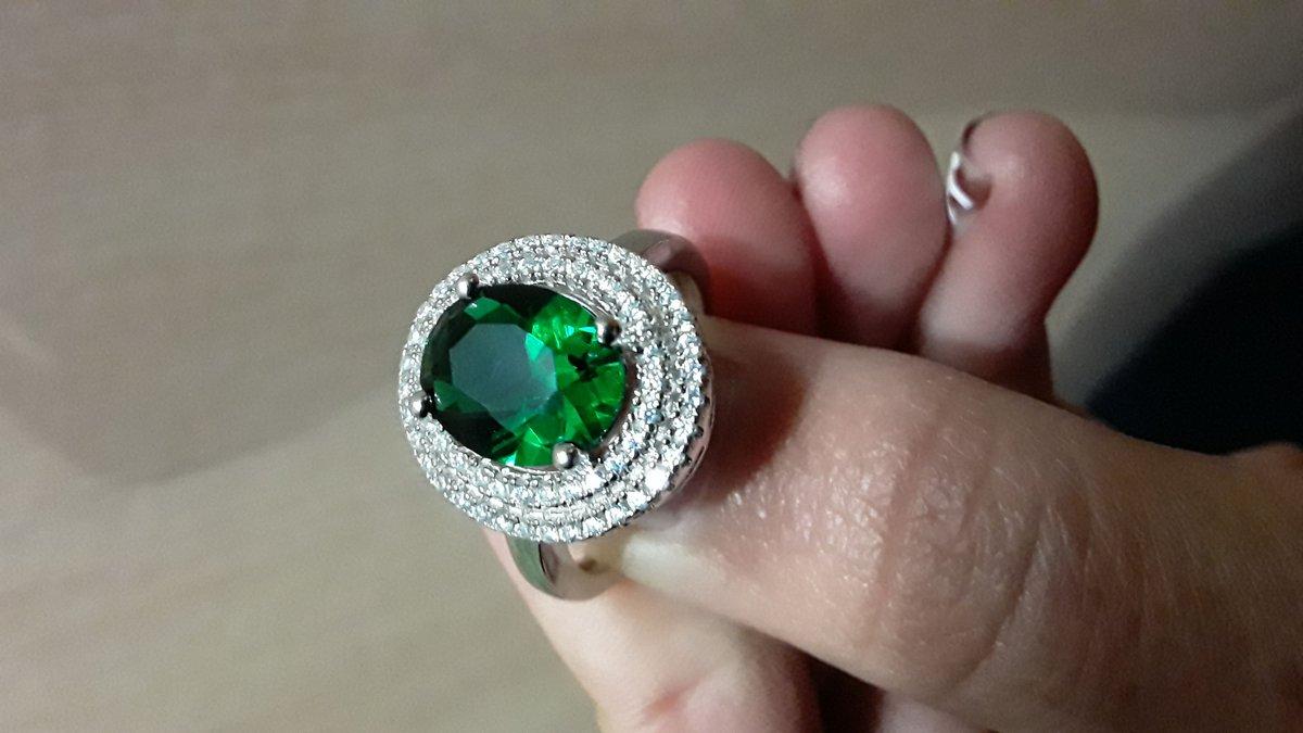 Кольцо с зеленым фианитом и маленькими прозрачными фианитами по кругу
