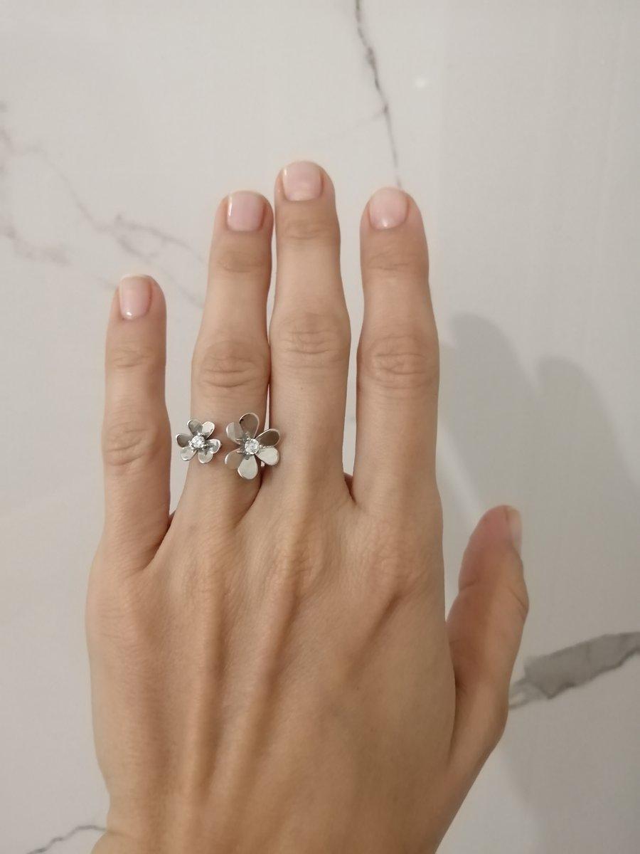 Милое кольцо, привлекающее внимание мерцание лепестков