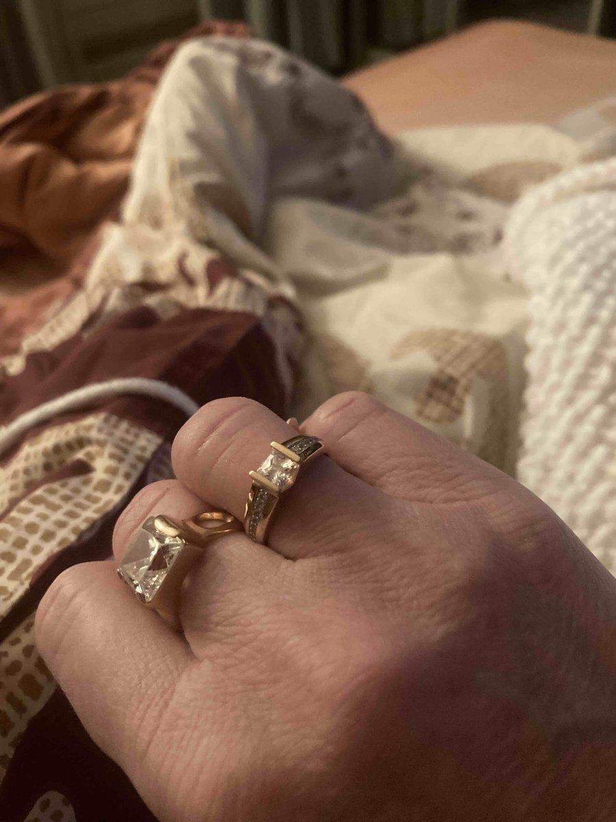 Очень красивое кольцо , не врезается в палец , не отлечить от бриллианта .