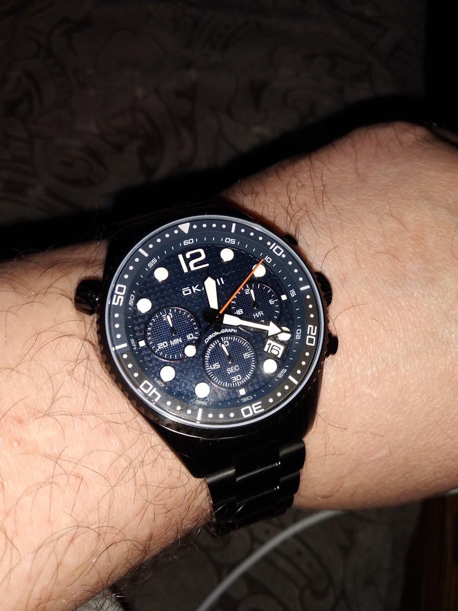 Достойный экземпляр мужских наручных часов.