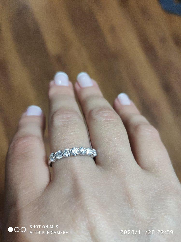 Золотое кольцо с 7 бриллиантами.