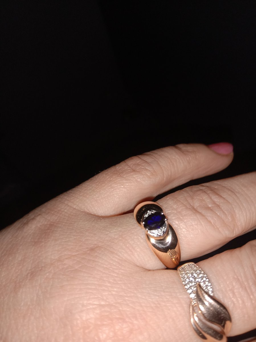 Камень сапфир глубокого цвета,а бриллианты придают особый блеск кольцу.