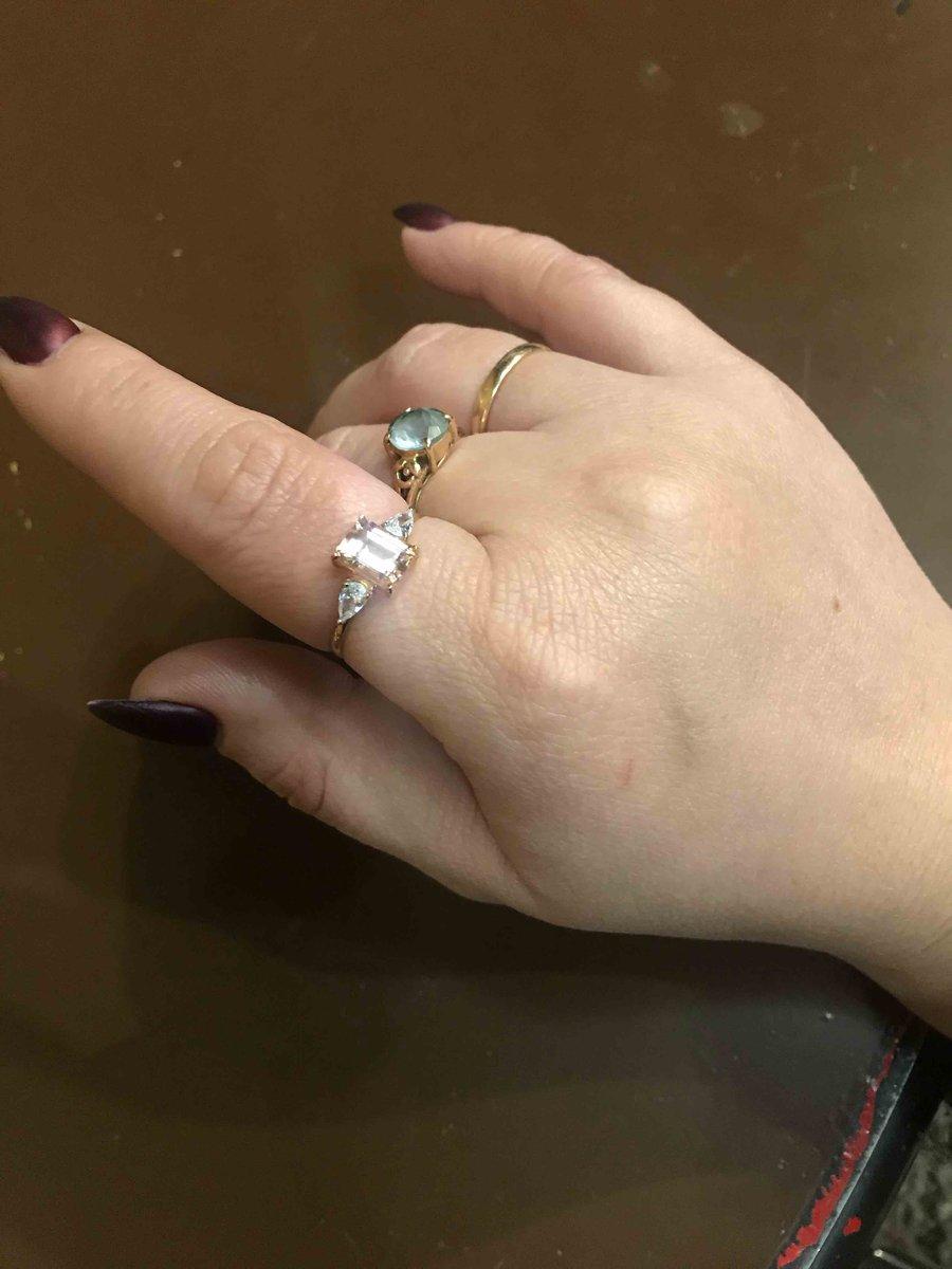 Кольцо бещумно красивое и очень нежно сиотрится на руке
