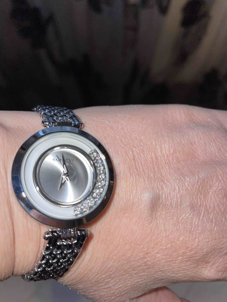 Женские часы с танцующими кристалами на металлическом браслете прекрасны 🕐